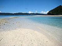 安室島の安室島と座間味島を結ぶ水路 - 満ちると流れが速く渡れなくなる