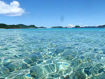 安室島と座間味島水路の海の色
