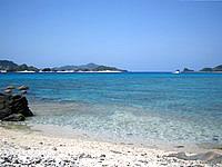 安室島の安慶名敷島側の海1 - 遠くに安慶名敷島が見える