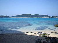 安室島の安慶名敷島側の海1 - 座間味港の入口まで見えます