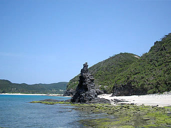 安室島の島西側のとんがり岩