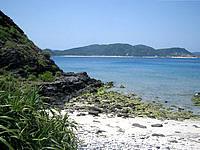 安室島の島の西側から東側に抜けるポイント - この場所を島の中央へ行くと反対側へ