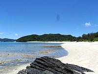 安室島の島の東側の広いビーチ - 渡し船で寄りつく場所がこのビーチ