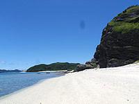 安室島の島の東側の広いビーチ - プライベート感覚のビーチもあり