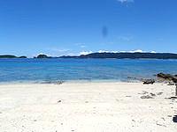 安室島の島の東側の広いビーチ - 自然のままのビーチです