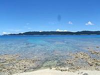安室島の東側の海の水 - やや遠浅気味の場所もあります