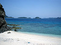 安室島の島の東側、砂浜の終わり - 砂浜の高台から見下ろします