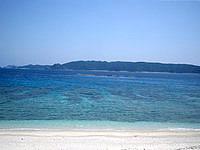 安室島の島の東側、砂浜の終わり - 正面に見えるのは渡嘉敷島