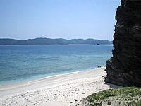 安室島の島の東側、砂浜の終わり - この先が東側の広いビーチです