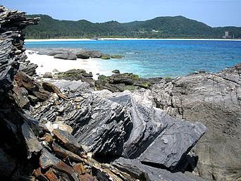 安室島の島の東側の岩場「こんな感じのかなりハードな岩場です」