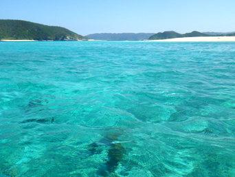 安慶名敷島沖の海の色