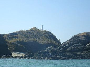 嘉比島の嘉比島灯台/桟橋「島の西側の丘の上に灯台があります」