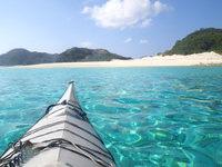 嘉比島の嘉比島沖の海の色 - 嘉比島の砂浜に向かって進みます