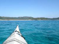 嘉比島の座間味島と嘉比島の間の海 - 徐々に水色に変わっていきます