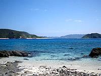 安慶名敷島の安慶名敷東のビーチ - 安室島と遠くに渡嘉敷島が見える