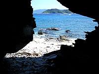 安慶名敷島の安慶名敷東の岩場 - ビーチからすぐの場所に穴はあります