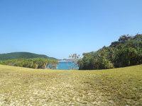 安慶名敷島の安慶名敷島の中央 - 緑の先に青い海が望めます