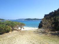 安慶名敷島の安慶名敷島の中央 - こうしてビーチへ降りることが出来る場所が多い