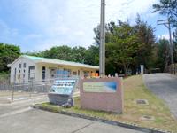 粟国島のウーグの浜/長浜ビーチ - 道路側に駐車場とトイレなどの施設