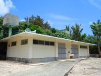 粟国島のウーグの浜/長浜ビーチ - 懐かしい古いトイレはそのまま