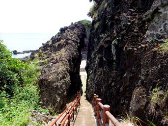 粟国島の割れ岩/東ヤマトゥガー/休憩所「まさに吸い込まれる光景です」