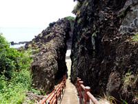 粟国島の割れ岩/東ヤマトゥガー