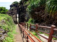 粟国島の割れ岩/東ヤマトゥガー/休憩所 - 階段も綺麗に整備