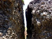 粟国島の割れ岩/東ヤマトゥガー/休憩所 - 階段側を見るとこんなに細い