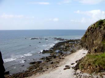 粟国島の筆ん崎への入口「ここから筆ん崎の下へと行くことができます」