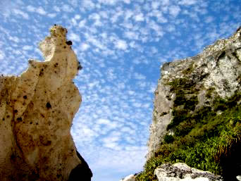 粟国島の筆ん崎下「このダイナミックな崖を下から眺める爽快感」
