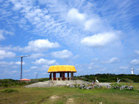 粟国島のマハナ展望台/休憩所 - 風力発電と灯台も背後に望めます