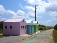 粟国島のマハナ展望台/休憩所 - 展望台入口にカラフルなトイレ新設