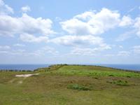 粟国島のマハナ展望台/休憩所 - 休憩所から見た広大な筆ん崎の岬