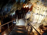 粟国島の洞寺 - 洞窟左側には大きな鍾乳石