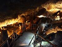 粟国島の洞寺 - 洞窟右側は奥が深い