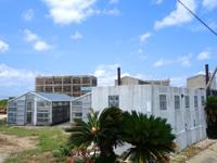 粟国島の粟国の塩/塩工場/沖縄海塩研究所/沖縄ミネラル研究所 - 作業場の先にはプラントなどの工場