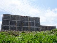 粟国島の粟国の塩/塩工場/沖縄海塩研究所/沖縄ミネラル研究所 - 塩タワーは海の近くにあります