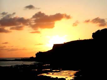 粟国島の夕日の絶景ポイント「雄大な筆ん崎と夕日が重なる瞬間」
