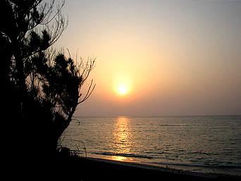 粟国島のウーグの浜の朝日