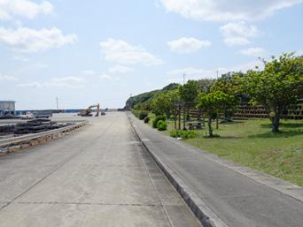 粟国島の粟国港の緑地/シタリー節の碑「ターミナルから集落入口まで続く緑地公園」