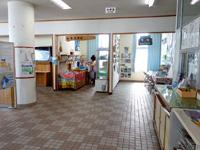 粟国島の粟国港ターミナル/キップ売場/みなと食堂/みなと売店/情報コーナー - 待合所は2階です