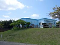 粟国島の特産品直売所 とび吉/粟国漁業組合 - 港側から見ると少し高台