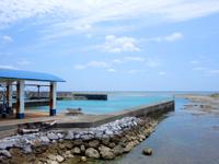 粟国島の粟国漁港 - 多分、海を埋め立てて造った漁港