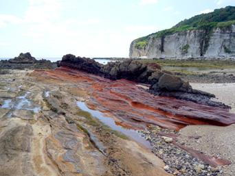 粟国島の西ヤマトゥガー/ヤビジャ海岸「カラフルな地層が特徴的な西ヤマトゥガー」