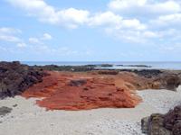 粟国島の西ヤマトゥガー/ヤビジャ海岸 - 真っ赤な岩もあって意外と面白い