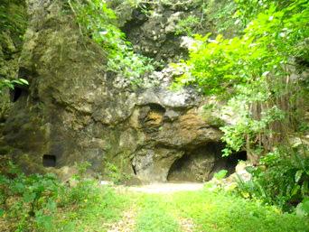粟国島の西集落の洞窟