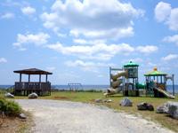 粟国島の運ん崎海岸 - 集落側には遊具もありますが・・・