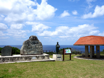 粟国島のむんじゅる節之碑「洞寺入口脇にある石碑」