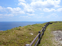 粟国島の筆ん崎 - 渡名喜島の島影がはっきり