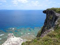 粟国島の筆ん崎 - 断崖絶壁の岩場が美しい